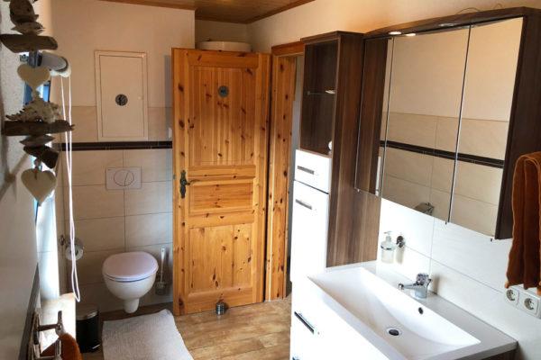 Ferienhaus Bad mit Waschbecken und WC