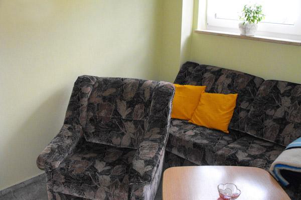 Ferienwohnung Wohnzimmer mit Couch und Sessel
