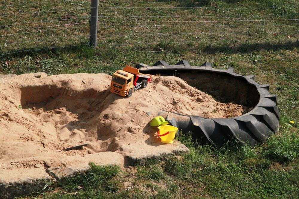 Sandkasten mit Kipper